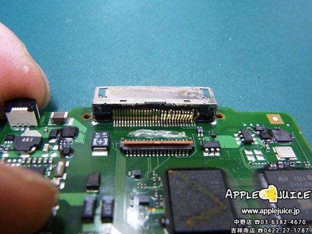 iPodClassic ドックコネクター 修理前 内部から見るとピンが何本も取れかかっています