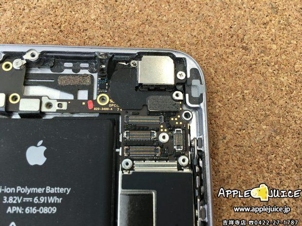 水没シールが赤くなっているiPhone6の基板