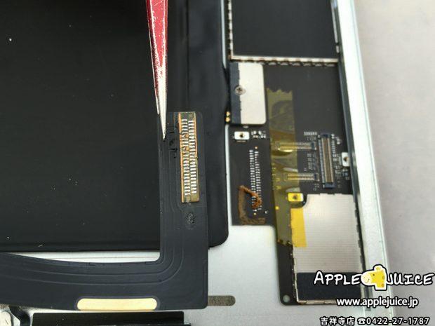 iPad Air 2のdockコネクタを基板から外したところ