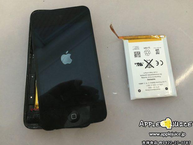 バッテリー交換をしたiPod touch 4と古いiPod touch 4のバッテリー