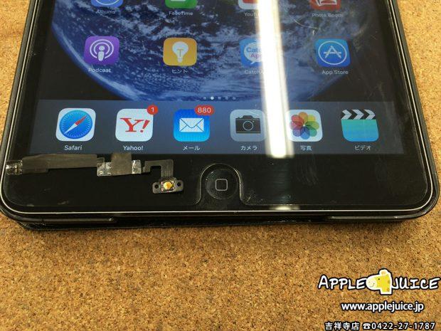 黒いiPad mini 2とホームボタンの部品  ホームボタン修理後の写真