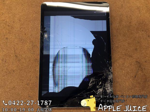 ガラスと画面が割れてフレームが凹んでいるiPadmini3
